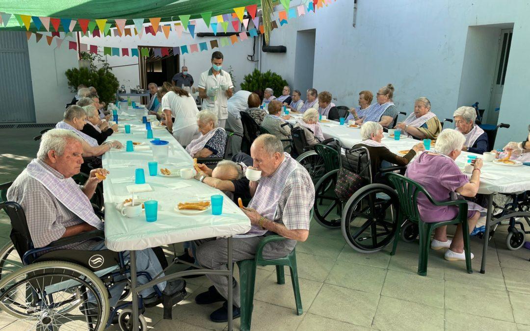 Los mayores desayunan churros y organizan un concurso de música